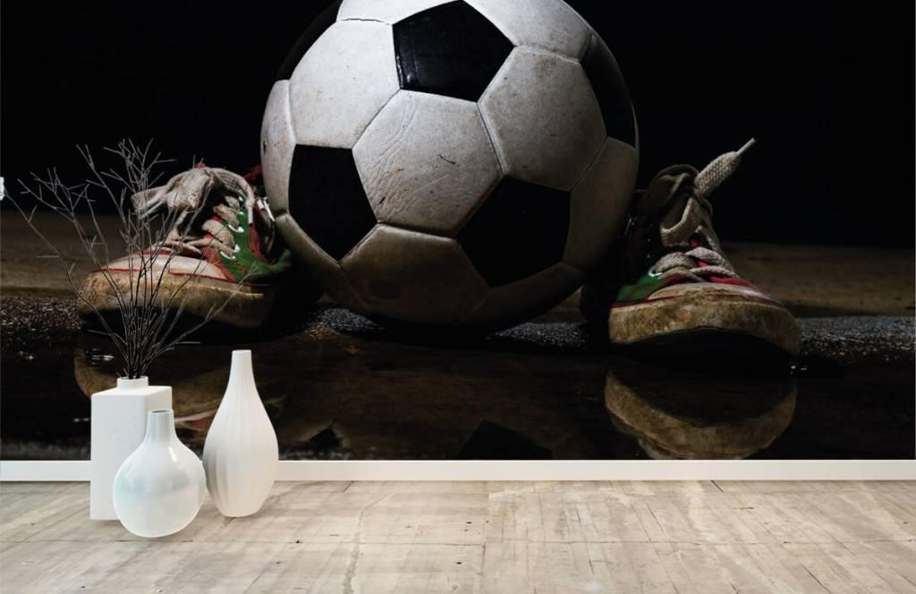 Voetbal behang - Voetbal tussen twee sneakers - Kinderkamer 1