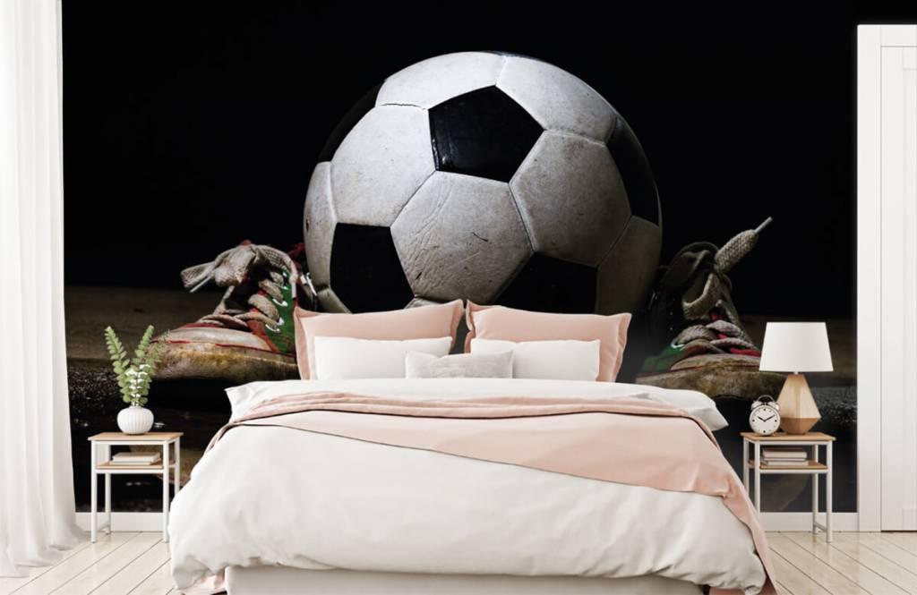 Voetbal behang - Voetbal tussen twee sneakers - Kinderkamer 2