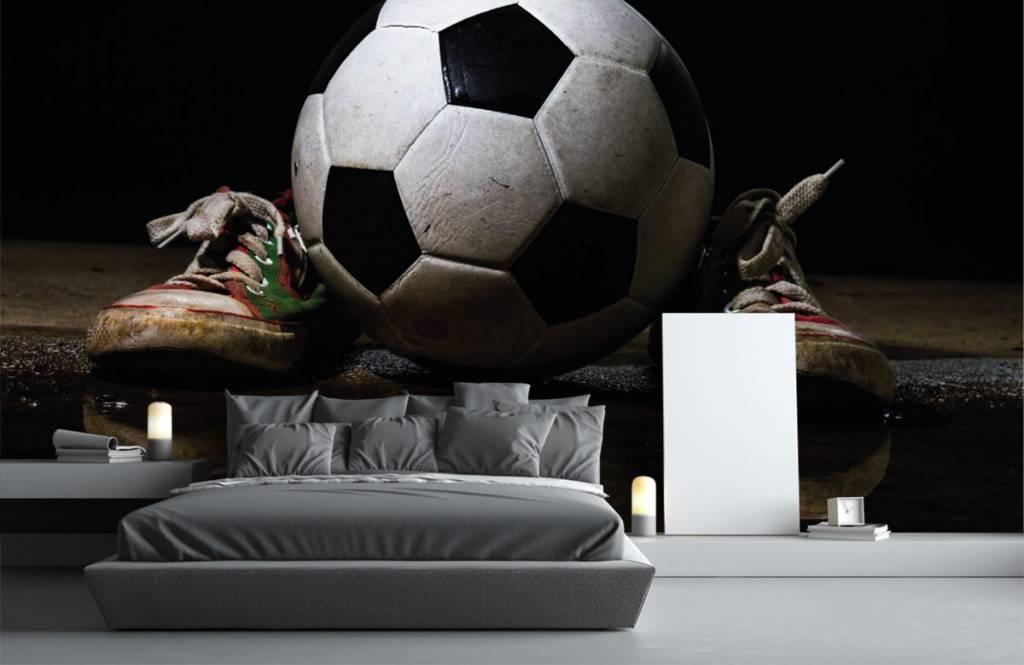 Voetbal behang - Voetbal tussen twee sneakers - Kinderkamer 3