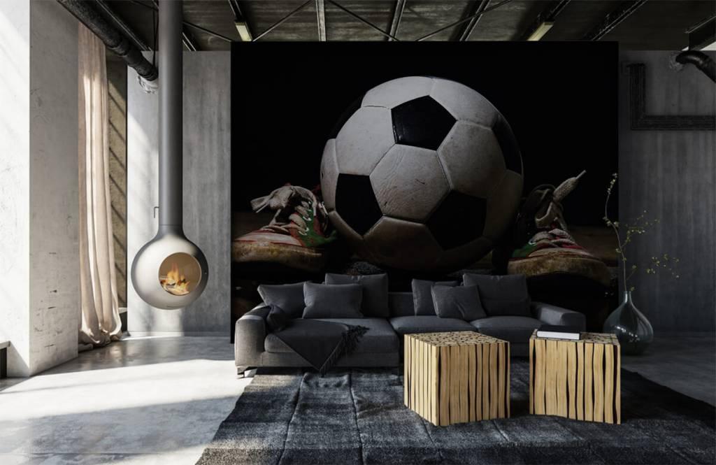 Voetbal behang - Voetbal tussen twee sneakers - Kinderkamer 5