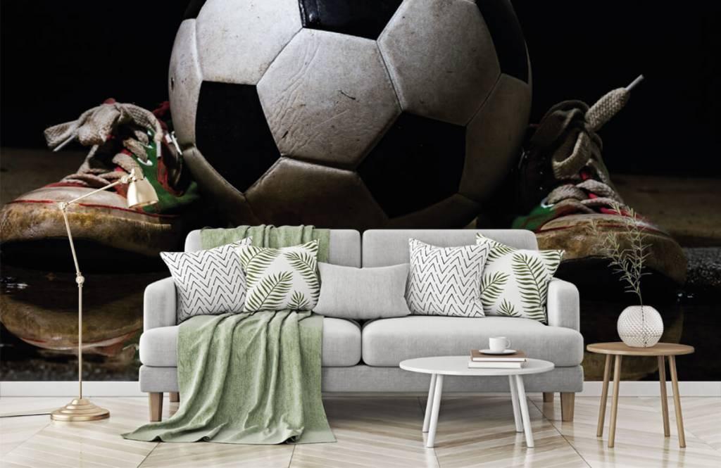 Voetbal behang - Voetbal tussen twee sneakers - Kinderkamer 6