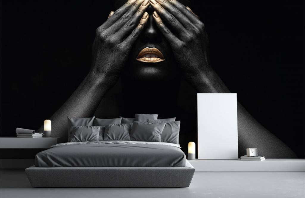 Modern behang - Vrouw met handen voor haar ogen - Woonkamer 3