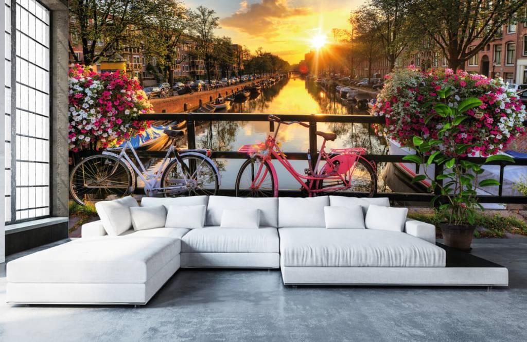 Steden behang - Fietsen op een brug met bloemen - Slaapkamer 1