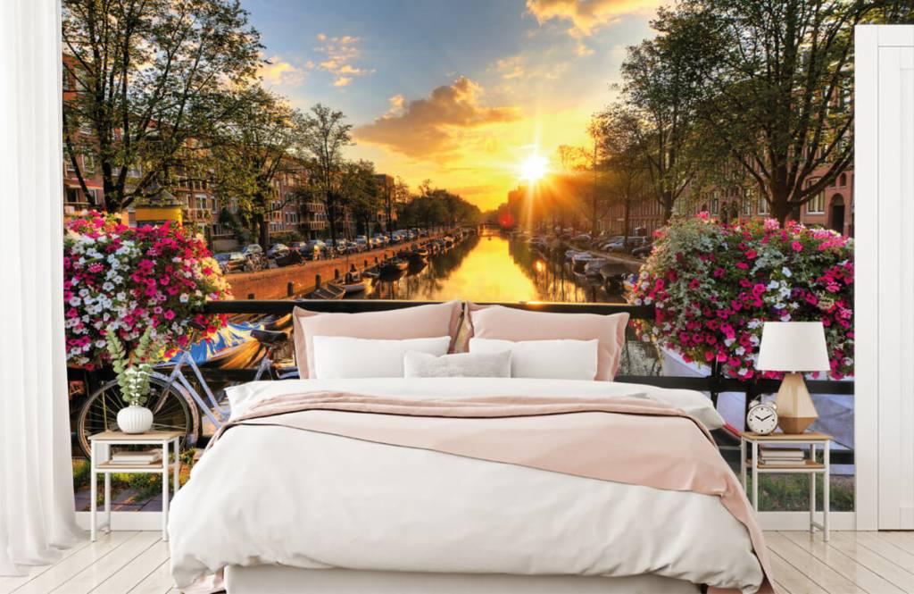 Steden behang - Fietsen op een brug met bloemen - Slaapkamer 2