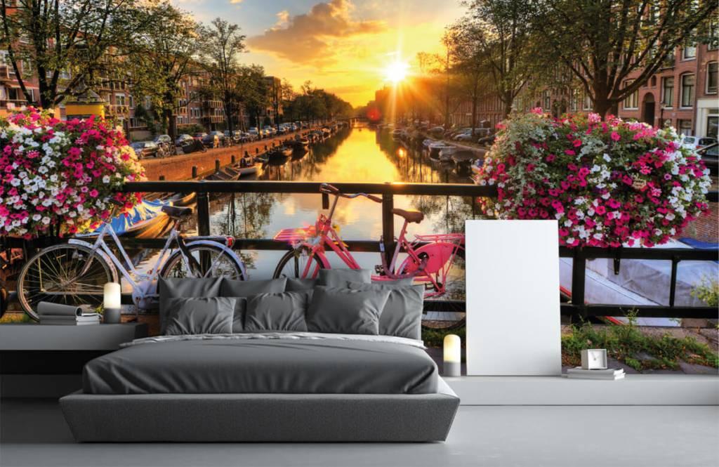 Steden behang - Fietsen op een brug met bloemen - Slaapkamer 3