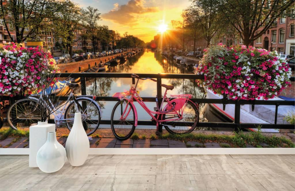 Steden behang - Fietsen op een brug met bloemen - Slaapkamer 8