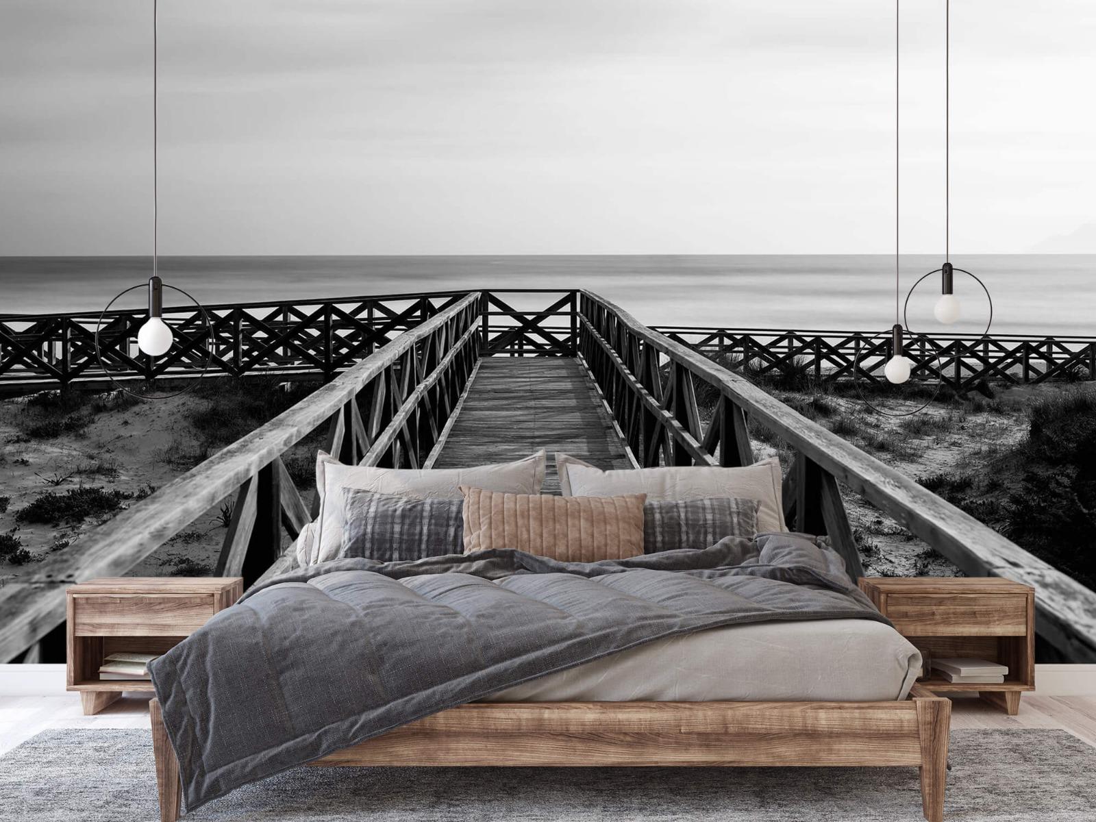 Zwart Wit behang - Loopbrug naar het strand - Hal 2