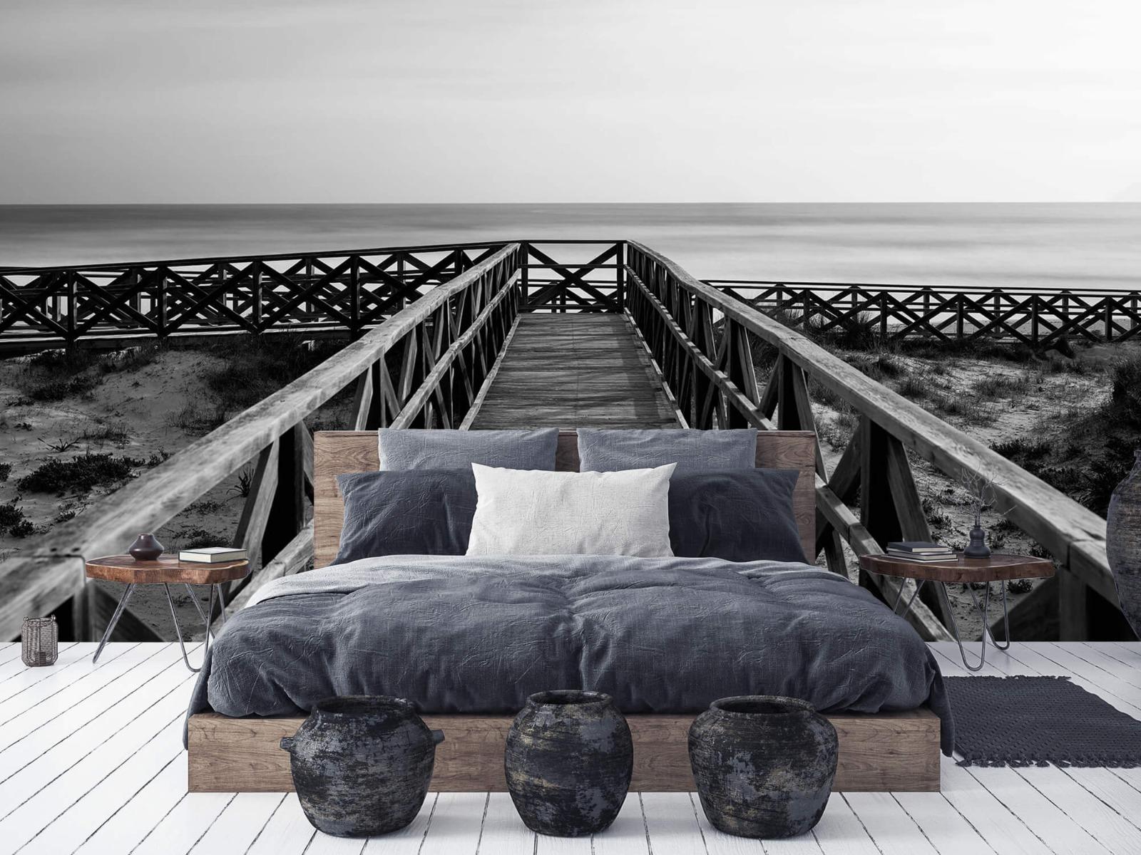Zwart Wit behang - Loopbrug naar het strand - Hal 1