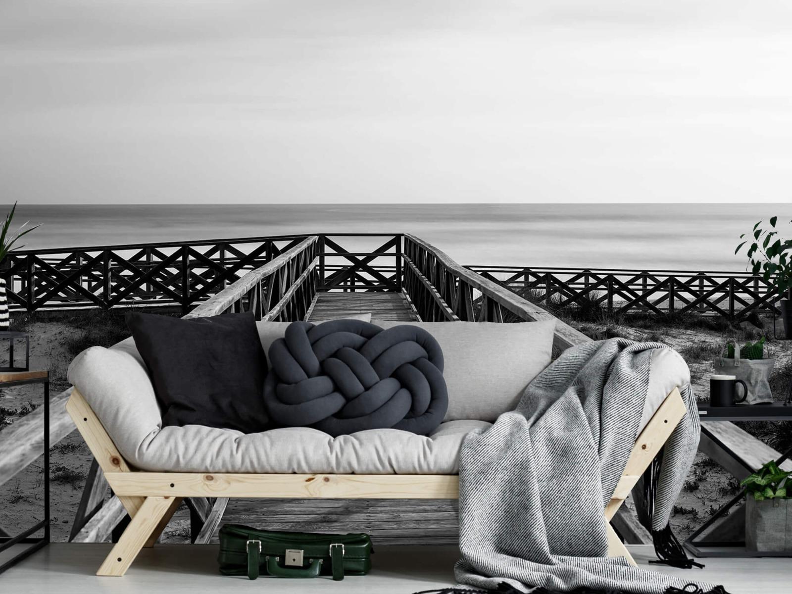 Zwart Wit behang - Loopbrug naar het strand - Hal 6