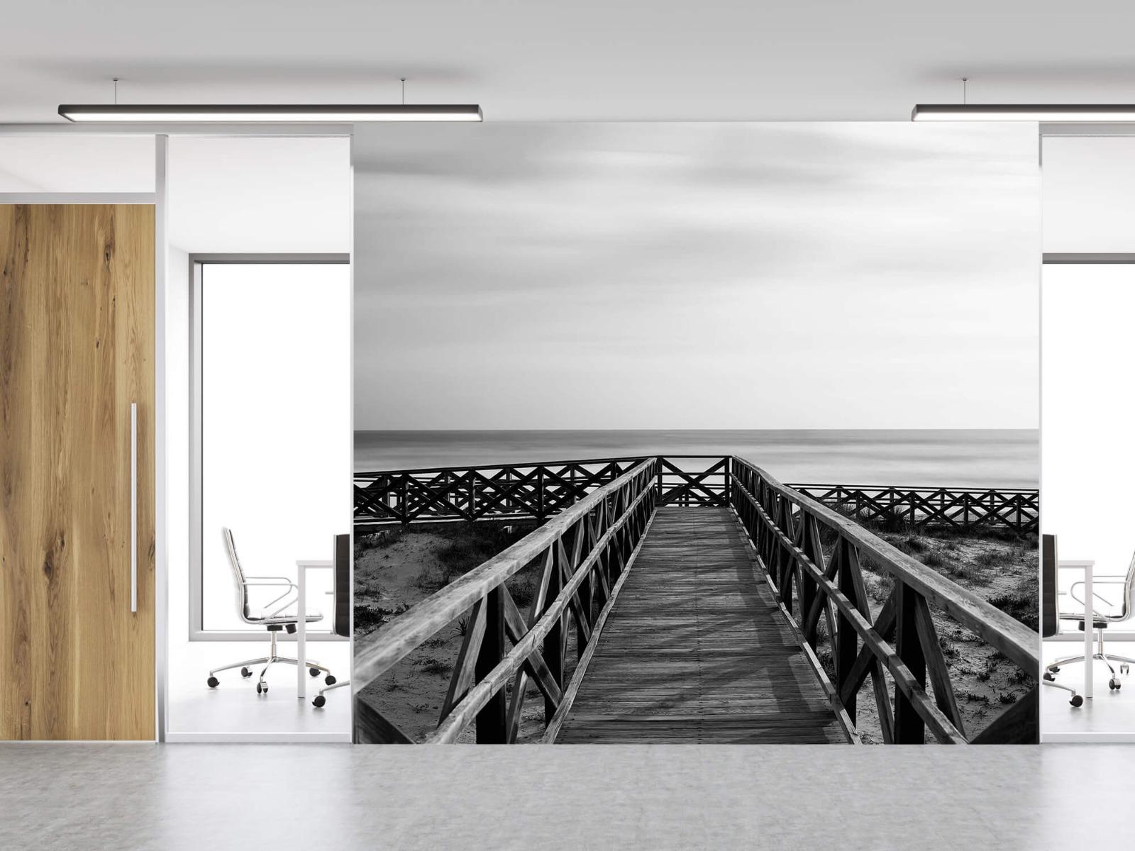 Zwart Wit behang - Loopbrug naar het strand - Hal 11