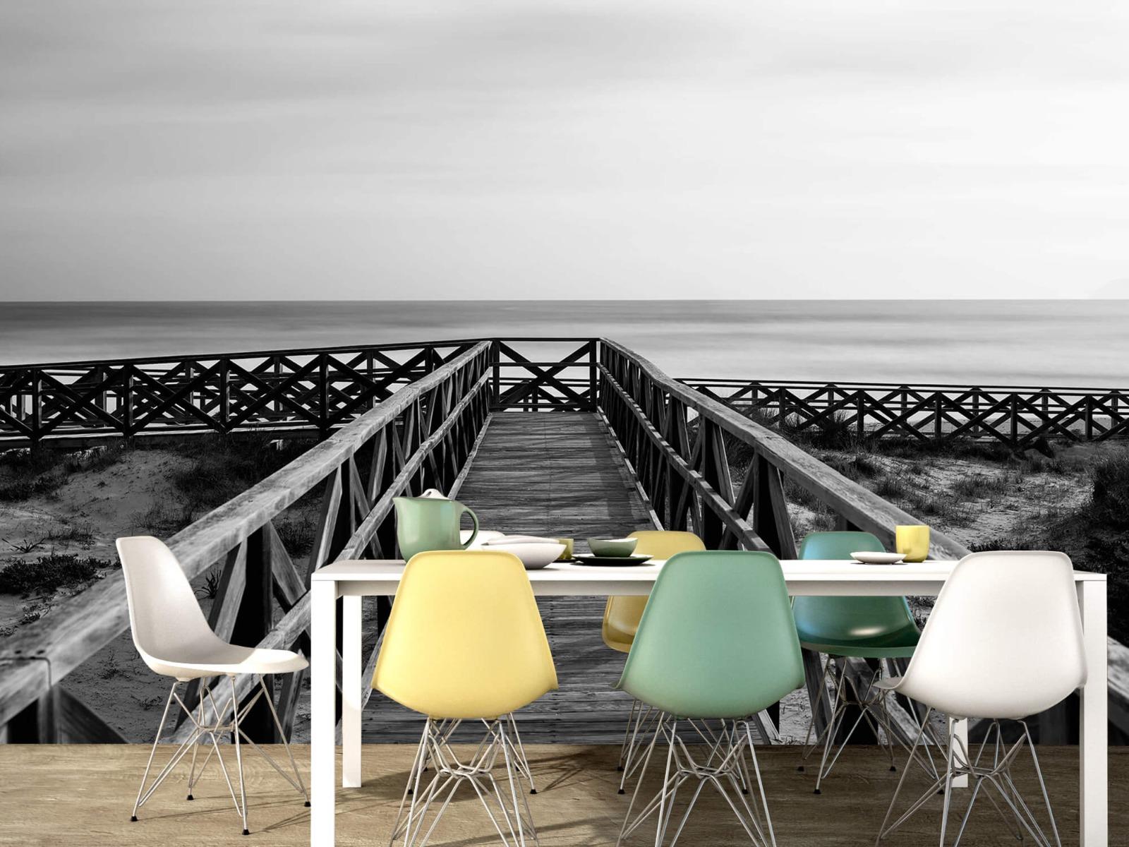 Zwart Wit behang - Loopbrug naar het strand - Hal 15