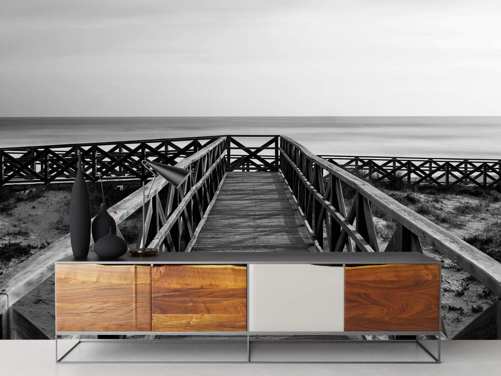 Zwart Wit behang - Loopbrug naar het strand - Hal 16