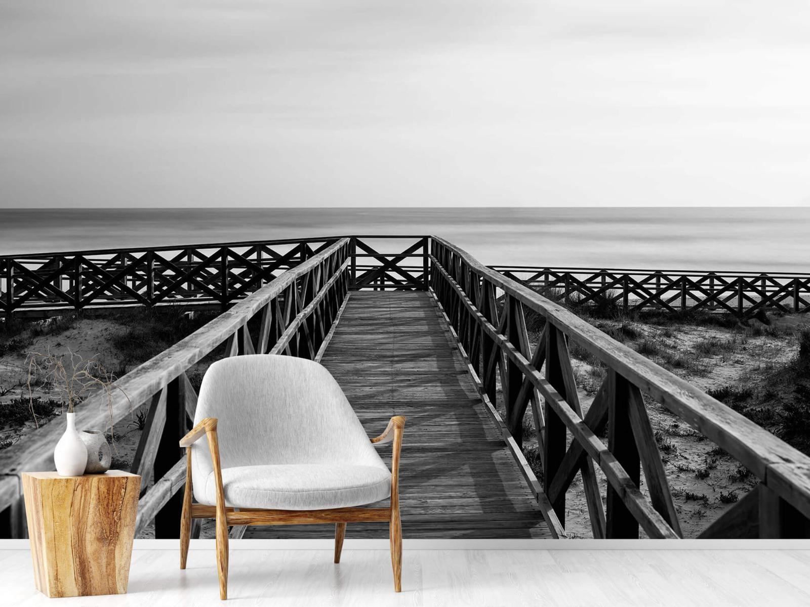 Zwart Wit behang - Loopbrug naar het strand - Hal 18