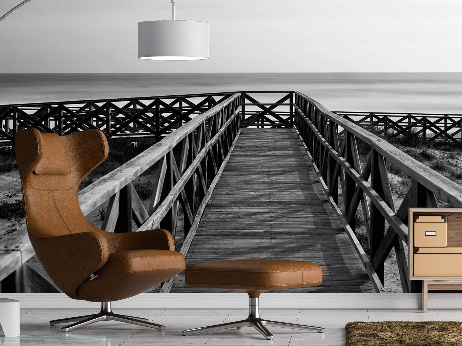 Zwart Wit behang - Loopbrug naar het strand - Hal 19