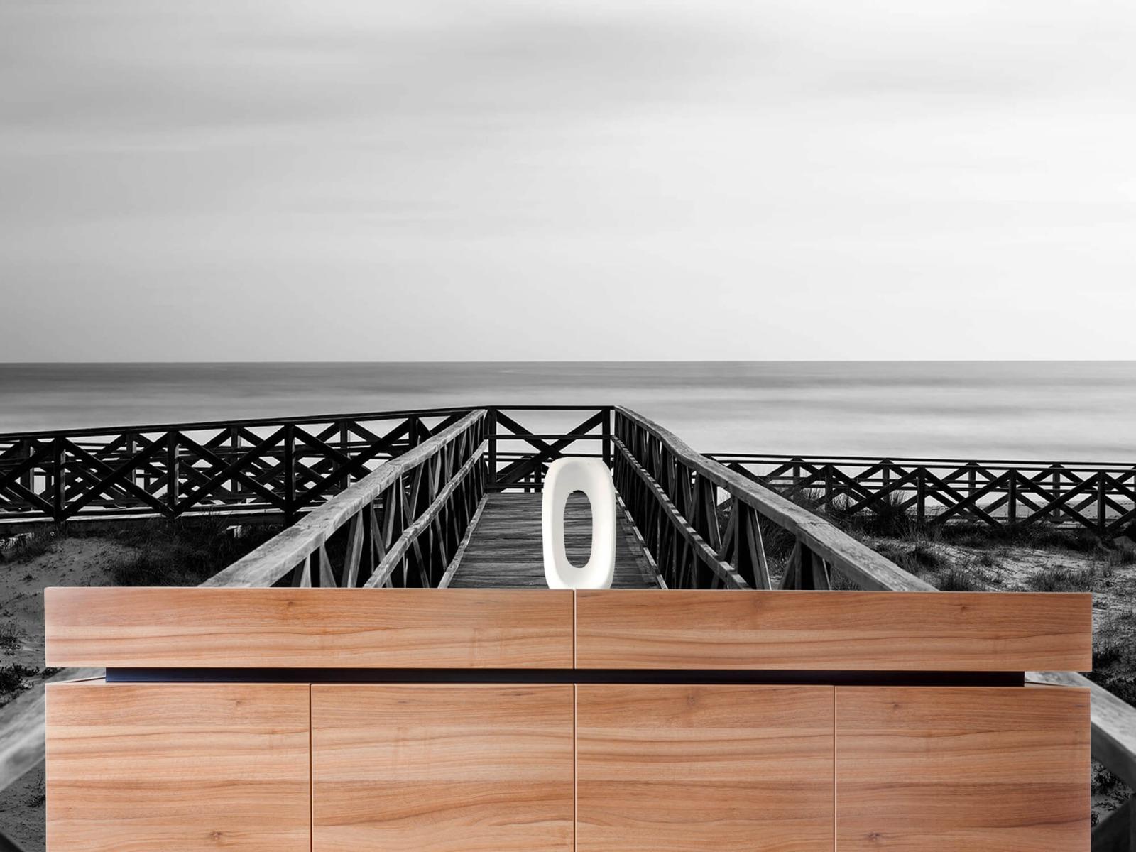 Zwart Wit behang - Loopbrug naar het strand - Hal 20