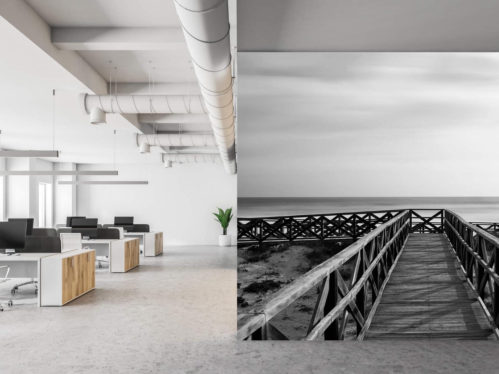 Zwart Wit behang - Loopbrug naar het strand - Hal 21