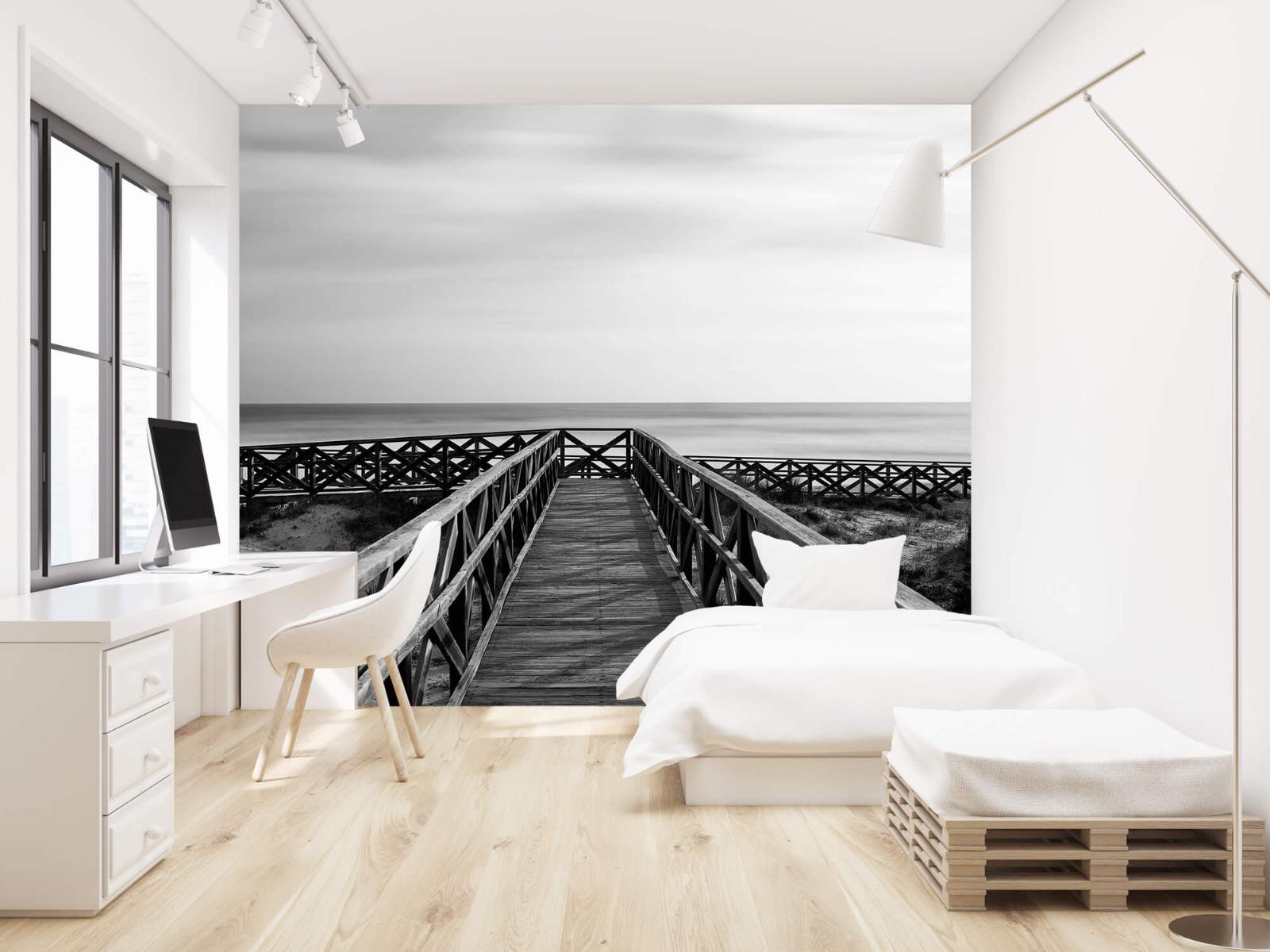 Zwart Wit behang - Loopbrug naar het strand - Hal 22