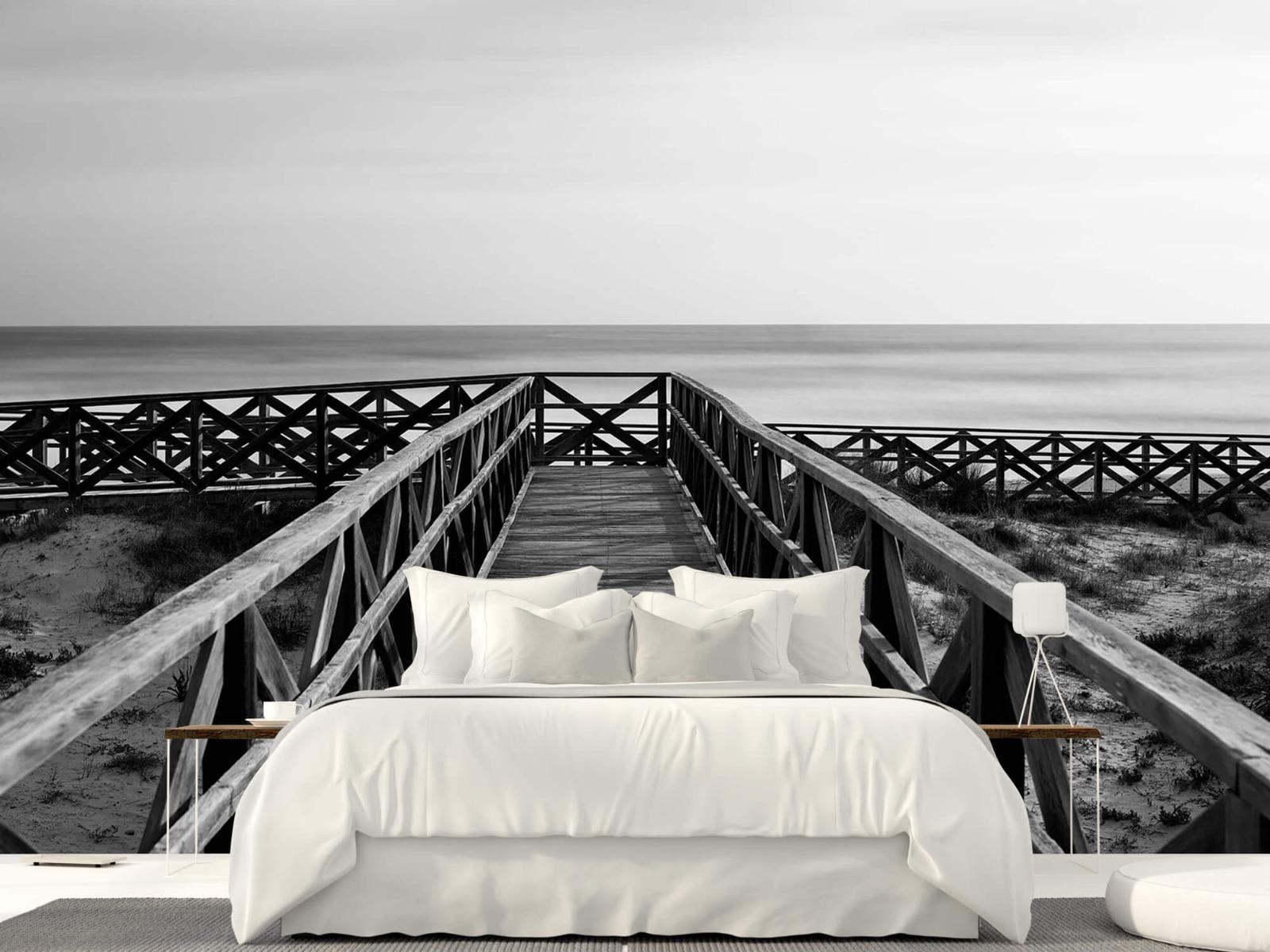 Zwart Wit behang - Loopbrug naar het strand - Hal 23