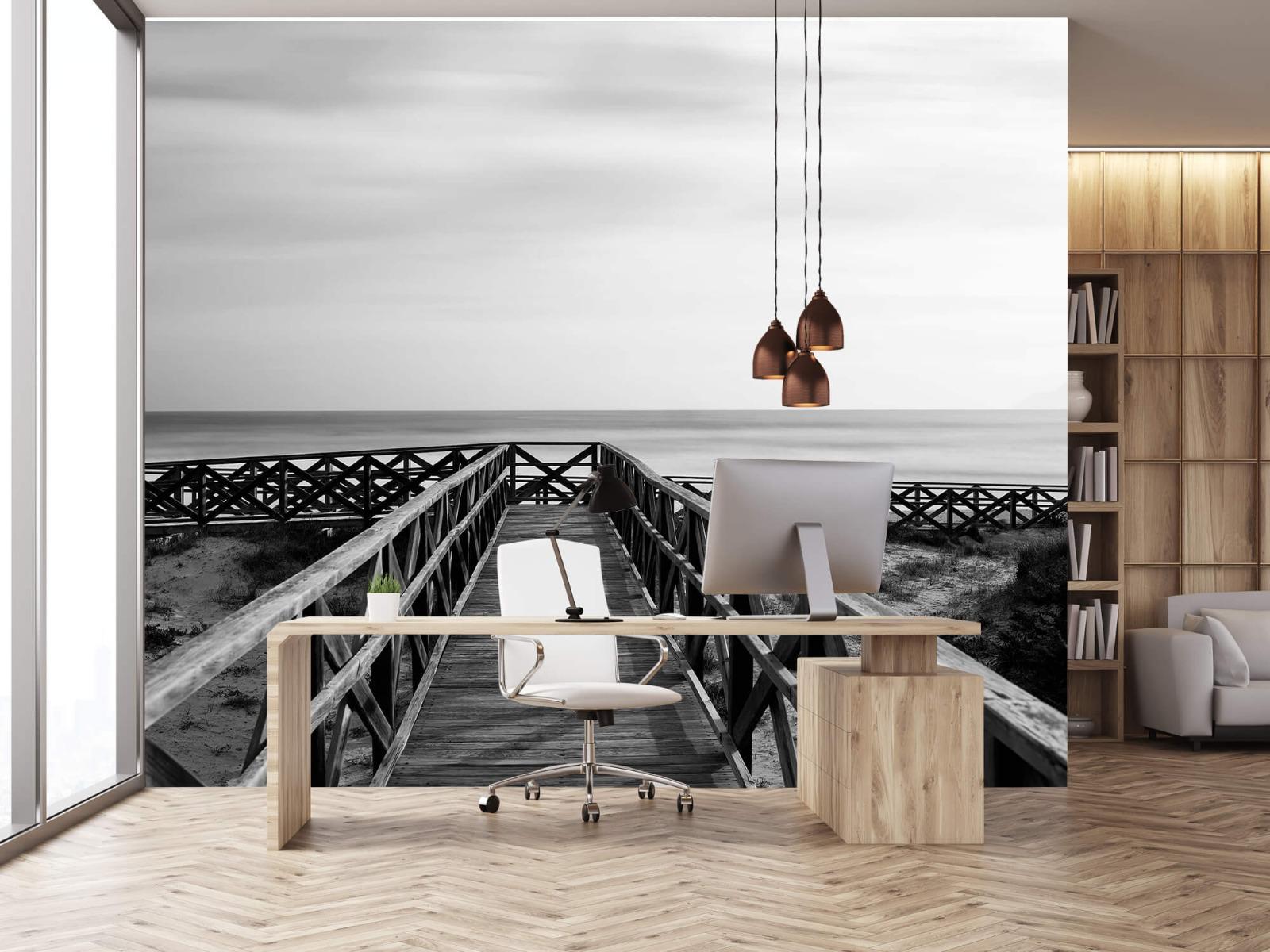 Zwart Wit behang - Loopbrug naar het strand - Hal 24