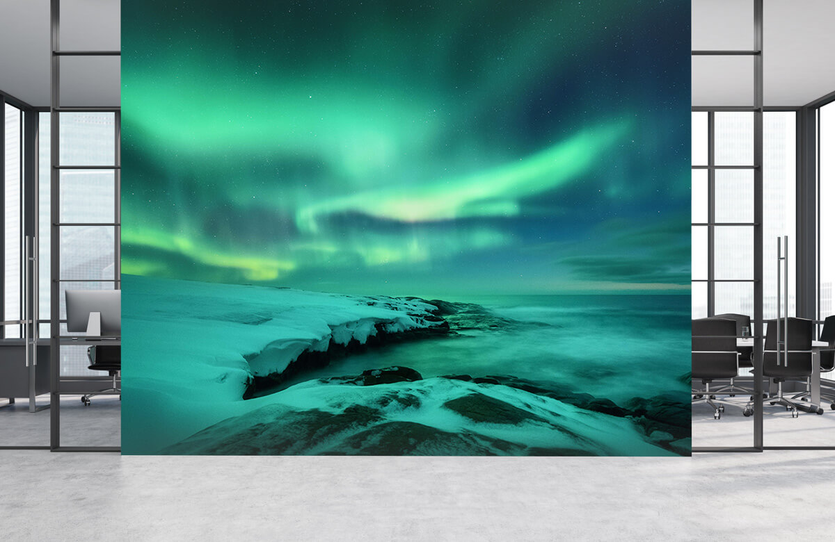 Natuur Groen noorderlicht boven besneeuwde rotsen 3