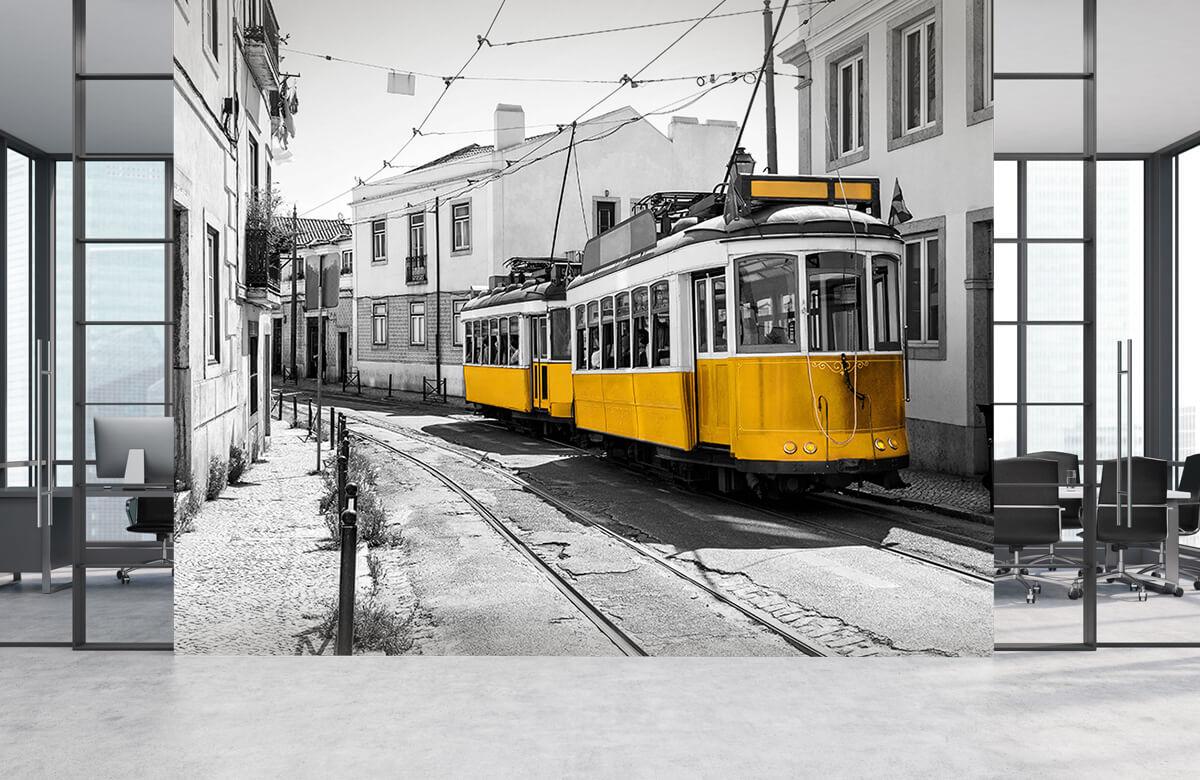 Transport Gele tram in een zwart-wit straatje 4