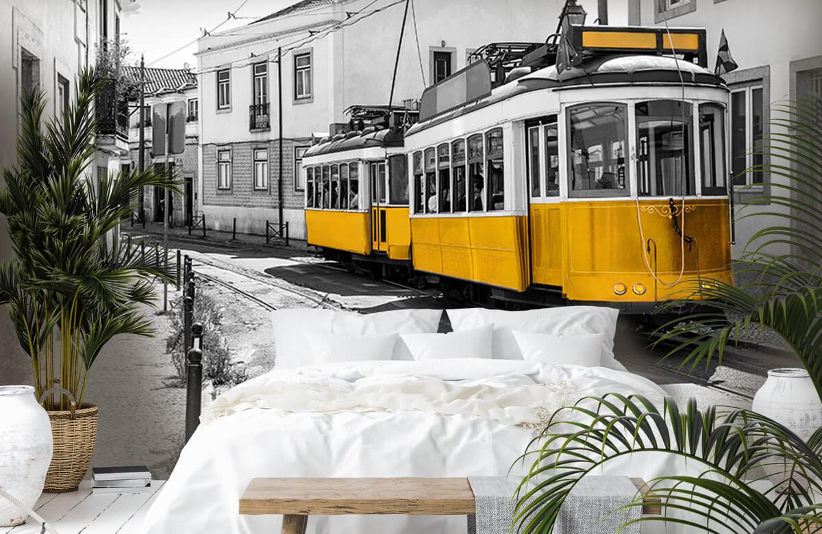 Transport Gele tram in een zwart-wit straatje 1