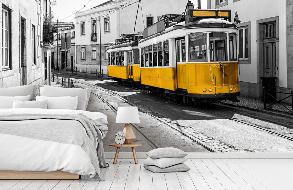 Transport Gele tram in een zwart-wit straatje 7