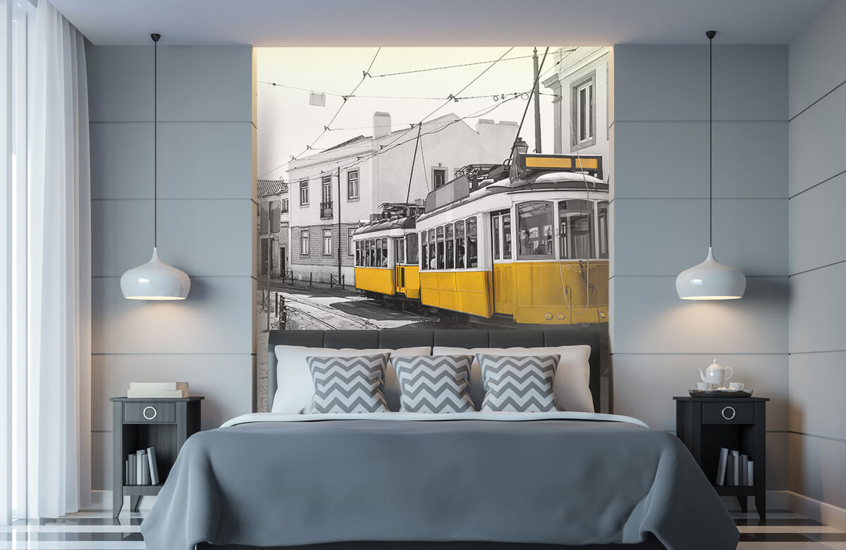 Transport Gele tram in een zwart-wit straatje 8