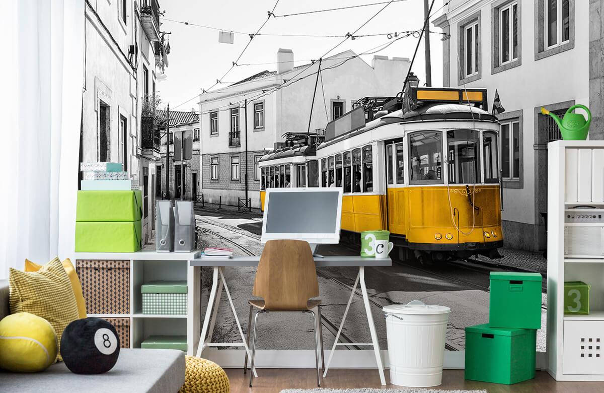 Transport Gele tram in een zwart-wit straatje 9