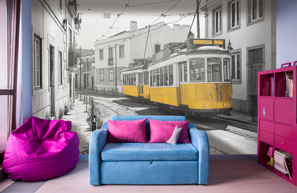 Transport Gele tram in een zwart-wit straatje 10