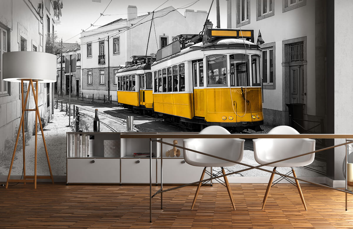 Transport Gele tram in een zwart-wit straatje 11