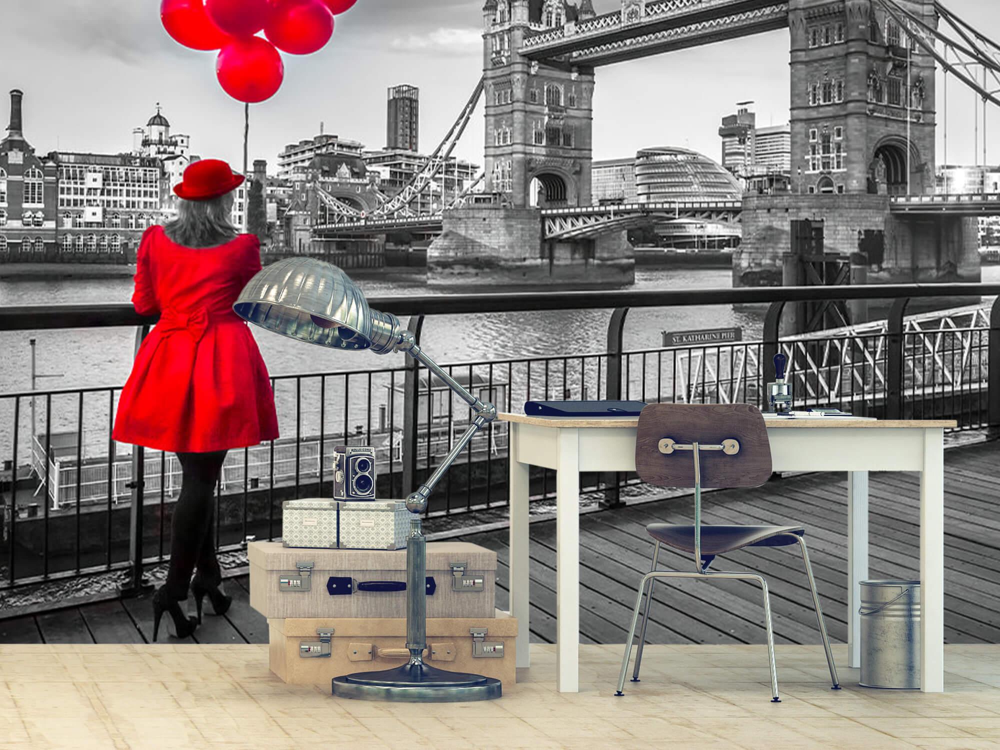 Vrouw bij de Tower bridge 12