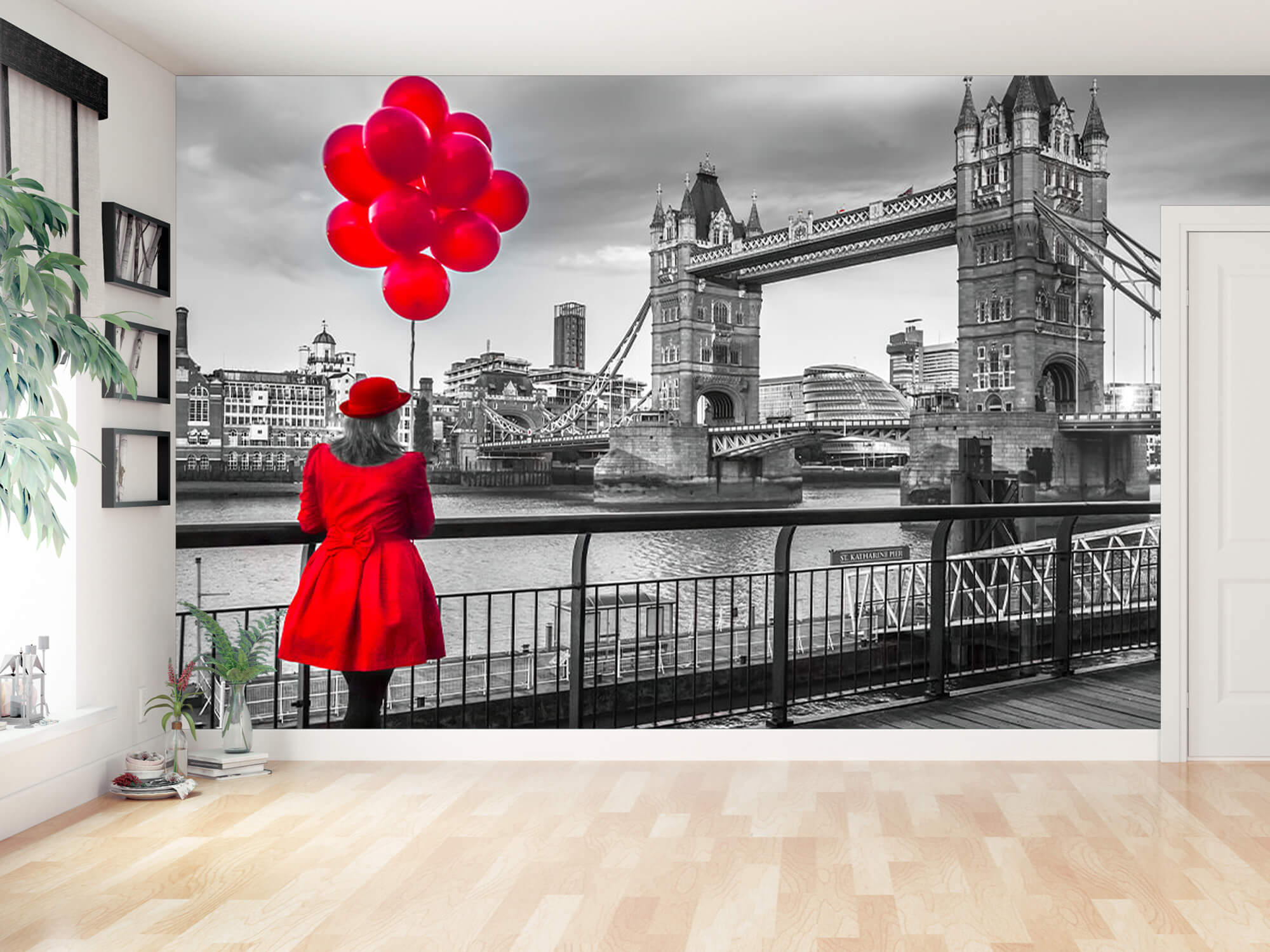 Vrouw bij de Tower bridge 2