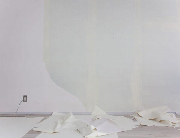 oud behang van de muur halen